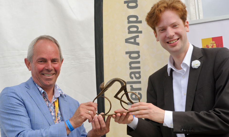 Mr Vermeulen presented Alderman Marnix Trouwborst of Goeree-Overflakkee with a sculpture of a racing cyclist